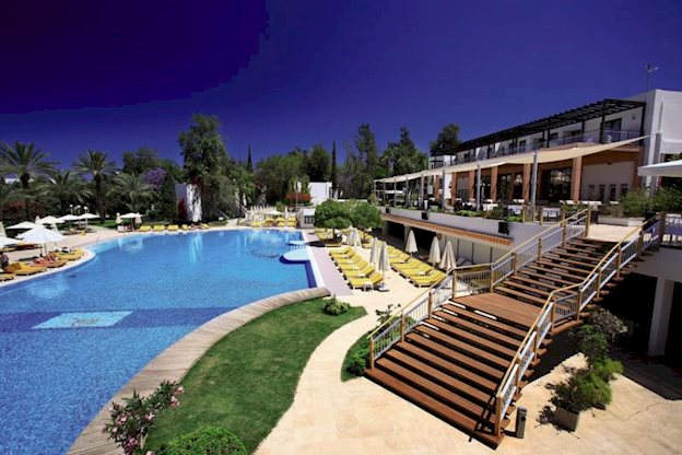 doubletree by hilton isil club