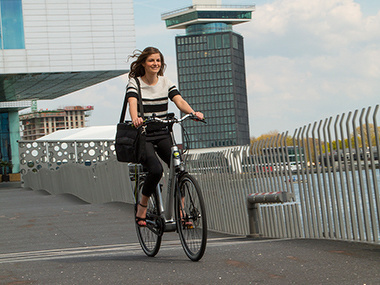 Op de elektrische fiets naar het werk