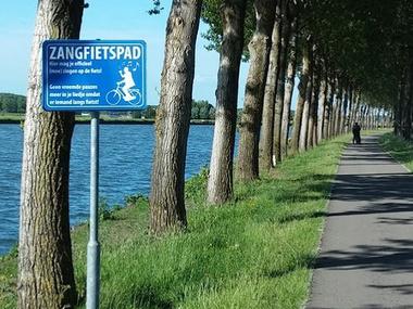 Ongegeneerd zingen op fietspad in Zoetermeer