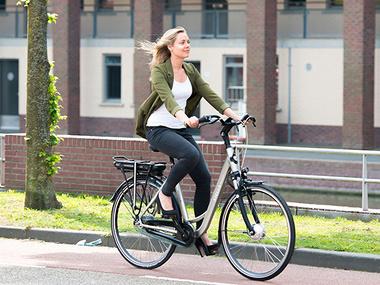 Kabinet wil 200.000 forensen uit de file; op de elektrische fiets