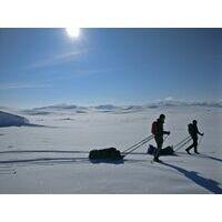 Langlaufend over de Hardangervidda met kaasplankjes in sneeuwholen